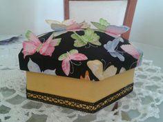 Caixa em mdf forrada em tecido com borboletas 3d