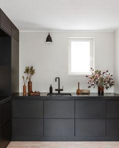 Design trend 2019 black kitchen countertop 00025 ~ Home Decoration Inspiration Black Kitchens, Home Kitchens, Black Ikea Kitchen, Custom Kitchens, Modern Kitchens, Updated Kitchen, New Kitchen, Kitchen Furniture, Kitchen Interior