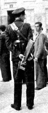 Río Rita: España siglo XX-1934 - HUELGA GENERAL EN MADRID Un cabo de asalto, con pistola ametralladora, prestando servicio en las calles céntricas de Madrid. Fot. Cortés (Mundo gráfico. 17/10/1934.)