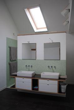 badezimmer, Tags Armatur + Dusche + Doppelwaschbecken + Waschbecken + Braun + Spiegelschrank + Grün + Weiß + Spiegel + Schlicht + Veluxfenster