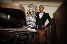 """Mahmoud (17) woont met zijn ouders en 9 broers en zussen in Amman, Jordanië. Toen zijn vader een hersenbloeding kreeg, moest hij op 14 jarige leeftijd van school af om te voorzien in het gezinsinkomen. Mahmoud: """"Ik vond het verschrikkelijk om van school af te gaan. Ik droom namelijk van om zo veel mogelijk kennis te vergaren. Kennis is de sleutel tot alles. Dan zou ik voldoende verdienen en aanpakken wat er voorbij komt. Het is zo belangrijk: zonder kennis heb je geen kans in het leven."""""""