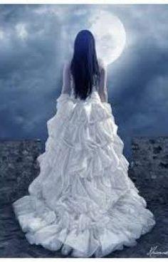 #wattpad #fantastique holà tout le monde! Je suis Artémis Black, une sorte de sorcière des nouveaux temps ( ouais je sais, chelou). Dorénavant, je vis à MoonDark ( ne cherchez pas, ça n'existe pas ; p) avec mon amie Zoey Dalton. Nos vie ont changé le même soir, à la même heure. Et bon sang que c'est difficile de vivre d...