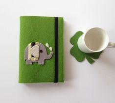 Fil Figürlü Yeşil Keçeden Kitap Kılıfı Felt Crafts, Diy And Crafts, Notebook Covers, Felt Ornaments, Patches, Notes, Felting, Notebooks, Handmade