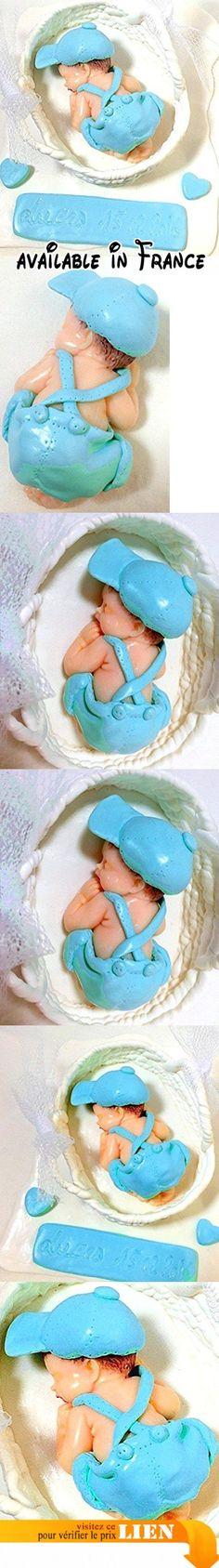 Handmade ; Figurine bébé vêtu de bleu dans panier blanc sur plaque en fimo, fait main, personnalisé et personnalisable, décoration baptême, baby shower, cadeau naissance, bébé garçon.  #Guild Product #GUILD_BABY
