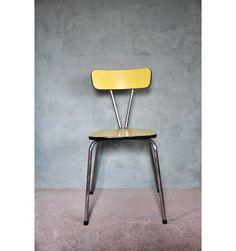 REAL VINTAGE  CHAISE EN FORMICA JAUNE 1960 Formica jaune, et liseret plastique noir. Structure tubulaire en métal chromé. Idéale comme chaise de cuisine ou de bureau, de petite taille cette chaise s'adapte parfaitement aux chambres d'enfants, bureaux d'ecoliers. Dimensions assise : 44 x 31.5 cm et dossier : 38.5 x 11.5 cm hauteur assise : 45 cm et Hauteur Totale : 77 cm  SHOP ONLINE www.vintagemarket.be
