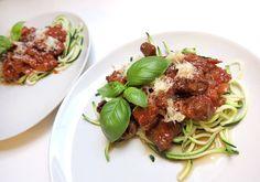 Italiensk inspireret ragu - tomat, vin, løg, hvidløg, ansjos og tre slags kød. Serveret på squash-spaghetti med parmesan på toppen