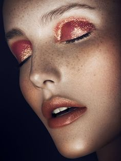 Golden sunset glitter makeup is giving us heart eyes @thecoveteur