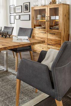 Möbel aus wilder Eiche, die von ihrem Leben im Wald berichten - zum Beispiel bei Natura Nebraska von Spitzhüttl Home Company. #massivholz #highboard #schrank #wohnen #einrichtung #wohnenmitholz #möbel #eiche #wildeiche #naturpur