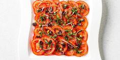 Dunne plakjes tomaat gedresseerd met olijfolie, rozemarijn en basilicum. Bestrooid met dunne reepjes ansjovisfilet.