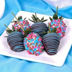 loving the striped chocolate covered strawberries! #babyshowerfood #strawberries #partytime