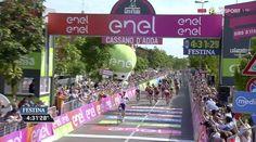 L'arrivo a Cassano d'Adda di oggi al Giro d'Italia. Il tedesco Roger Kluge (Iam) ha vinto la 17esima tappa del 99esimo Giro d'Italia, la Molveno-Cassano d'