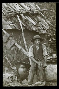 PHOTO: IMMIGRANTS ON THE GOLDFIELDS: Chinese miner Ballarat. In not long after the news of the Gold discoveries in Victoria reached the British Colony of Hong Kong large numbers of Chinese diggers began to arrive to seek their fortune on the Gold Fields. Old Photos, Vintage Photos, Gold Miners, Woman In Gold, Gold Prospecting, Victoria Australia, Gold Rush, Historical Pictures, Old West