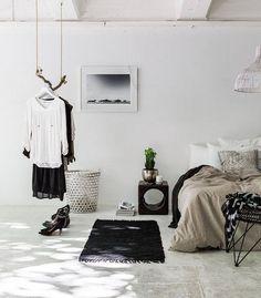 Du bois flotté pour suspendre ses vêtements... Il fallait y penser !! #deco #design #maison #interieur #decoration