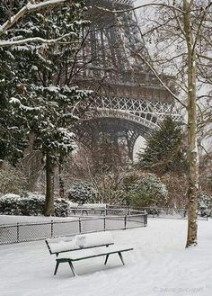 Snow in the park near the Eiffel Tower in Paris, France Beautiful World, Beautiful Places, Beautiful Scenery, Torre Eiffel Paris, Belle Villa, Paris Ville, Winter Scenes, Snow Scenes, Oh The Places You'll Go