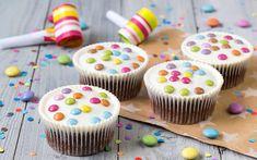 Muffins med kakepynt laget til barn. Mini Cupcakes, Chocolate Cupcakes, Wedding Card Templates, Food And Drink, Baking, Desserts, Wooden Background, Powdered Sugar, Baking Ideas