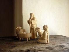 dřevěný betlém jeho součástí je sv.rodina(Marie,Josef,Ježíšek),vůl,oslík a dvě…