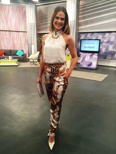 Regiane Tápias veste blusa Trimix, calça Carmem Stefens, sapato D'Artchela e acessorios: Amoo Bijoux.