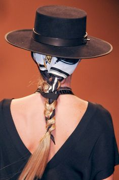 Hermès at Paris Fashion Week Spring 2011 - Details Runway Photos Gaucho, Cowgirls, Paris Fashion, Girl Fashion, Fashion Glamour, Fashion Hats, Estilo Cowgirl, How To Wear Scarves, Wearing Scarves