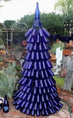 Beautiful Blue Bottle Tree, just because I would love this in my garden. Wine Bottle Trees, Wine Bottle Art, Blue Bottle, Wine Bottle Crafts, Wine Bottle Christmas Tree, Glass Garden Art, Bottle Garden, Glass Art, Garden Junk