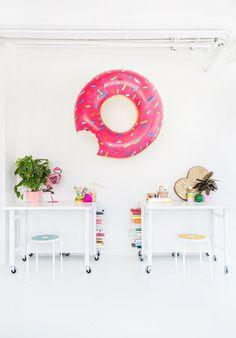 Hablamos de donuts y se nos hace la boca agua pero es que ahora también, es una tendencia deco. ¿Ya la conoces? #deco #decoración #home #casa #donut
