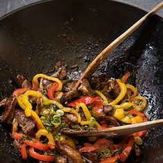 Stir-fried Steak with Sweet Bell Peppers Stir Fry Recipes, Beef Recipes, Cooking Recipes, Cheese And Cracker Platter, Sweet Bell Peppers, Biltong, Banting Recipes, Strip Steak, Fried Steak