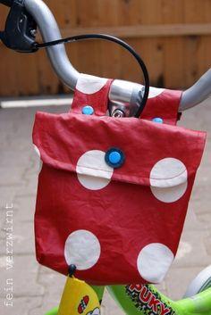 Einfache Fahrradtasche selber nähen. Die Lenkertasche mit Wachstuch und Kam-Snaps ist ein leichtes Projekt für Anfänger. Passt an alle Räder und Lenker.