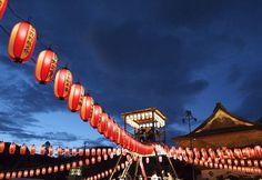 昭和初期から途絶え2007年に復活した善光寺のお盆縁日に行ってきました。蓮の花びらを模したお札が撒かれ、「精霊会」(しょうりょうえ)…