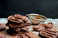 chocolate sable cookies Sable Cookie Recipe, Sable Cookies, Butter Spritz Cookies, Buttery Cookies, Vegan Dessert Recipes, Fun Desserts, Cookie Recipes, Dessert Ideas, Egg White Recipes