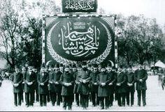 1908 – Mekteb–i Mülkiye talebesi Padişahım Çok Yaşa afişi önünde.