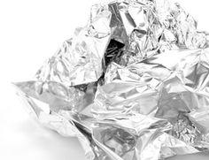 Ist Ihr Silberschmuck sehr stark angelaufen, dann hat sich in vielen Fällen auch die Reinigung mit Alufolie und Salz als äußerst hilfreich erwiesen. Aber Vorsicht, dieses Hausmittel ist nur für Silberschmuck ohne eingelassene Edelsteine geeignet! Wickeln Sie dazu Ihren Silberschmuck vollständig in Alufolie ein und legen Sie ihn in eine hitzebeständige Kunststoffschüssel (keine Metallschüssel verwenden). Dazu geben Sie dann noch 1 bis 2 Teelöffel Salz und übergießen alles mit etwa einem Liter…