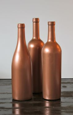 next idea to try.just picked up copper and maroon spray paint at Lowes! Wine Bottle Art, Painted Wine Bottles, Diy Bottle, Wine Bottle Crafts, Bottles And Jars, Mason Jars, Diy Craft Projects, Fun Crafts, Copper Highlights