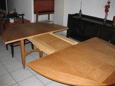 Guillerme et Chambon : table en chêne ovale à 2 allonges. On y joint