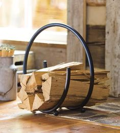 You need a indoor firewood storage? Here is a some creative firewood storage ideas for indoors. Lots of great building tutorials and DIY-friendly inspirations! Firewood Stand, Indoor Firewood Rack, Firewood Holder, Firewood Storage, Parrilla Exterior, Range Buche, Wrought Iron Decor, Blacksmith Projects, Wood Logs