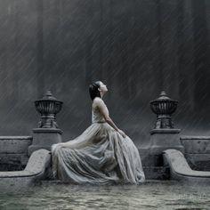 Chuva - rain - lluvia - estação - season - temporada - chovendo - raining - lloviendo - temporal - tempestade - storm - tormenta - dias - days - día - chuvoso - rainy - lluvioso - clima - climate - tempo - água - water - gotas - drops - mulher – woman – mujer – garota – girl - sentada no banco - sitting on the bench - triste - sad - fashion - moda - dress - vestido - inspiração - inspiration - bonita - hermoso - beautiful - pensando - thinking - pensamiento - solidão - loneliness - soledad