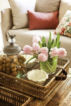 Take Five: Coffee Table Vignettes - Home Professional Decoration Coffee Table Vignettes, Coffee Table Styling, Coffe Table, Decorating Coffee Tables, Tray Styling, Urban Deco, Deco Table, Wicker Furniture, Cool Ideas