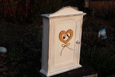 Dřevěná+skříňka+na+klíče+KLÍČ+K+LÁSCE+Dřevěná+skříňka+na+klíče+je+malovaná+akrylovými+barvami.+Celá+skříňka+je+přelakovaná,+vzadu+má+očko+na+zavěšení+auvnitř+je+přiděláno6+háčků+na+klíče.+Srdcei+skříňku+je+možno+udělat+v+různém+barevném+provedení.+Skříňka+je+pěkným+dárkem+pro+novomanžele+nebo+při+příležitosti+kolaudace+nového...