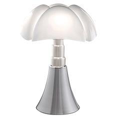 Lampe à poser Pipistrello LED en aluminium, éditée par Martinelli Luce et réalisée par Gae Aulenti. #lampeaposer #pipistrello #led #aluminium #martinelli #luce #gae #aulenti #table #lamp #design