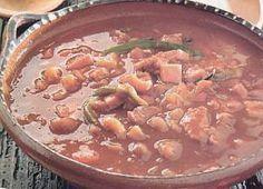 Los frijoles charros son una tradición de la cocina mexicana. Aprende a cocinarlos y deleita a tu familia con esta receta de comida mexicana.