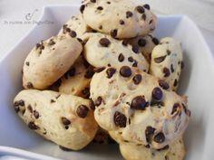Biscotti con esubero di pasta madre, con gocce di cioccolato.