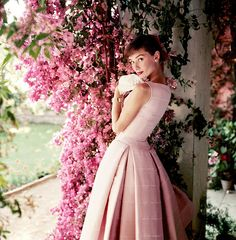 Foto de Audrey Hepburn com vestido da marca Gyvenchy