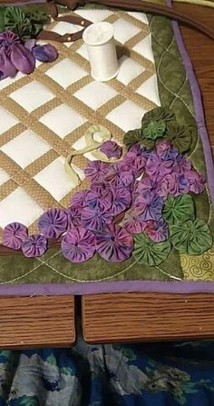 Idea to use a few yo yo'sto make a beautiful quilt Quilting Projects, Quilting Designs, Embroidery Designs, Sewing Projects, Quilting Templates, Fabric Art, Fabric Crafts, Sewing Crafts, Yo Yo Quilt