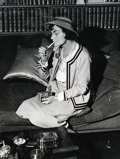 1963........COCO CHANEL A SON DOMICILE.......RUE CAMBON A PARIS..........SOURCE SMOKEDRUNK.TUMBLR.COM.....