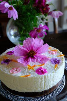 Bavarois met roomkaas, vlierbloesemsiroop en eetbare bio bloemetjes Vanilla Cake, Homemade, Desserts, Flowers, Food, Bavarian Cream, Tailgate Desserts, Deserts, Florals