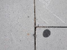 Een kauwgom op de grond.