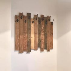 How to create a DIY coat rack from an old pallet for just Diy Coat Hooks, Diy Coat Rack, Coat Storage, Diy Hooks, Rustic Coat Rack, Wooden Coat Rack, Pallet Furniture Designs, Diy Furniture, Diy Pallet Projects