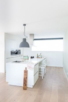 Cuisine blanche esprit scandinave, îlot avec coin repas | white Scandinavian kitchen, kitchen island