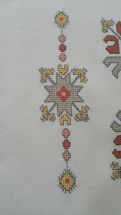 This Pin was discovered by yaf Bargello, Hgtv, Blackwork, Cross Stitch Embroidery, Crochet, Embroidery Designs, Diy And Crafts, Medieval, Projects To Try