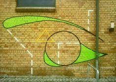 Graffiti aus Klebeband an der Wand