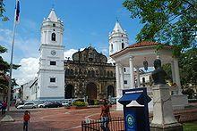 Panamá - La catedral Metropolitana y la Plaza de la Independencia, en el Casco Antiguo de Panamá.