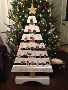 """Képtalálat a következőre: """"moose christmas pallett"""" Pallet Wood Christmas Tree, Cardboard Christmas Tree, Wooden Christmas Decorations, Christmas Wood Crafts, Diy Christmas Tree, Christmas Projects, Christmas Countdown, Pallet Tree, Xmas"""